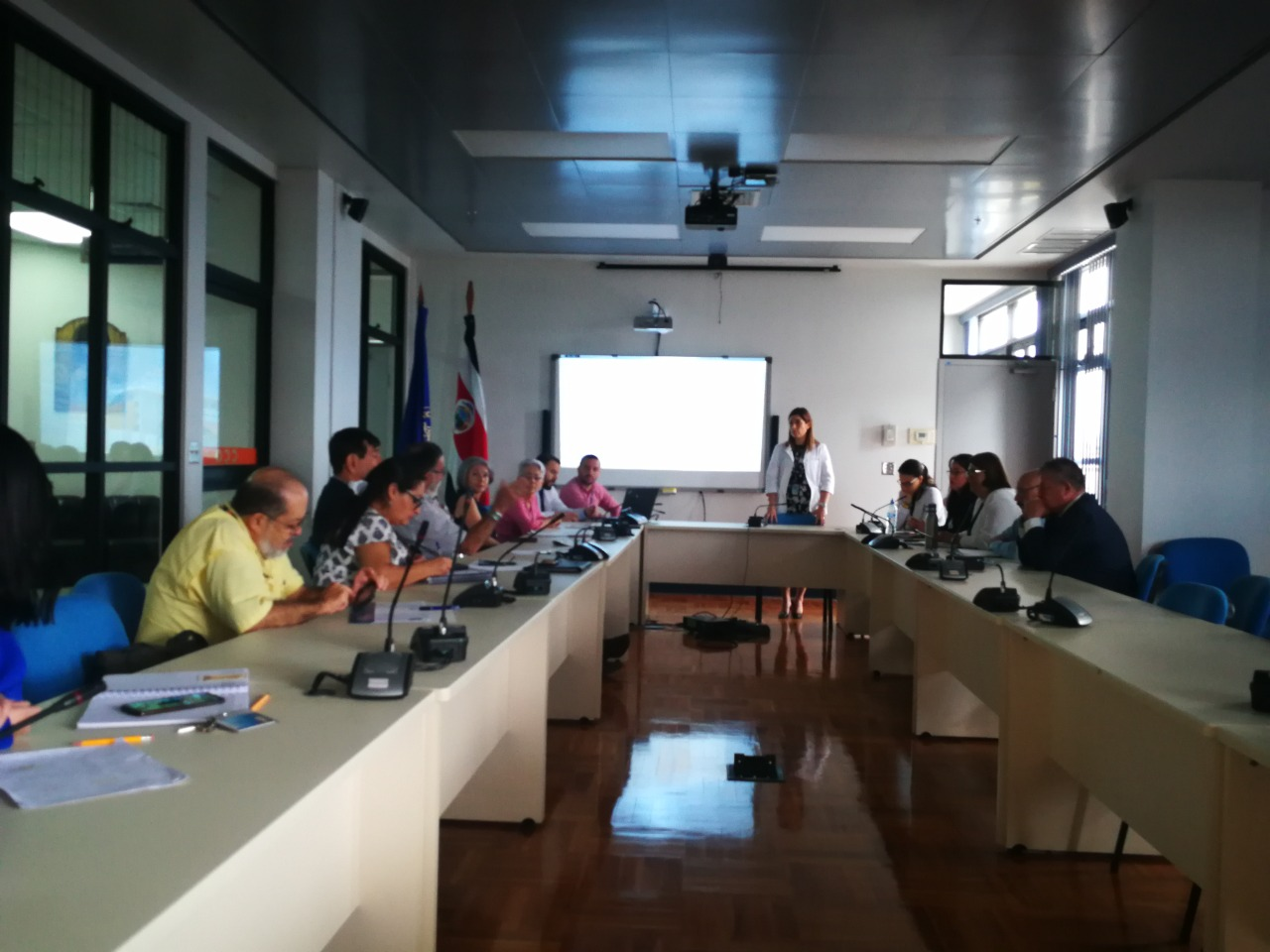 Reunión con representantes de las municipalidades heredianas.
